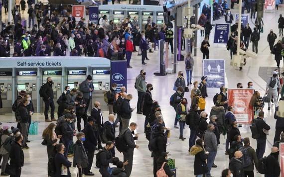 11月23日,人們在英國倫敦滑鐵盧車站候車。(圖源:新華社)