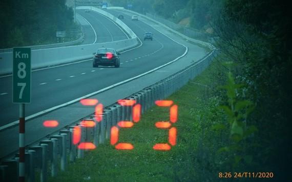 被交警監控系統拍下的超速豪車(紅點示)。(圖源:VOV)