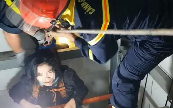 警消救援人員成功救出被困在電梯的女子。(圖源:PC07提供)