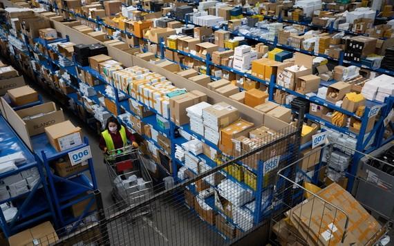 """11月11日,工作人員在西班牙瓜達拉哈拉市的菜鳥海外倉分揀商品。 """"雙十一""""帶動西班牙線上消費新熱潮。 (圖源:新華社)"""