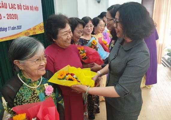 第五郡領導送花給李金梅主任和各位退休女幹部。