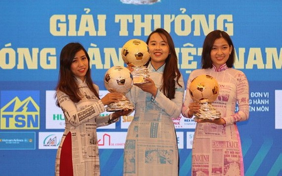 3名佳麗在新聞發佈會上分別向公眾介紹金銀銅球獎座。(圖源:視頻截圖)