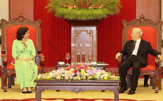 黨中央總書記、國家主席阮富仲(右)接見古巴共和國駐越南特命全權大使利亞尼斯‧托里斯‧里韋拉。(圖源:智勇)
