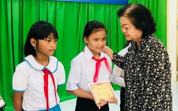 原國家副主席張美華頒發助學金給廣義省學生。