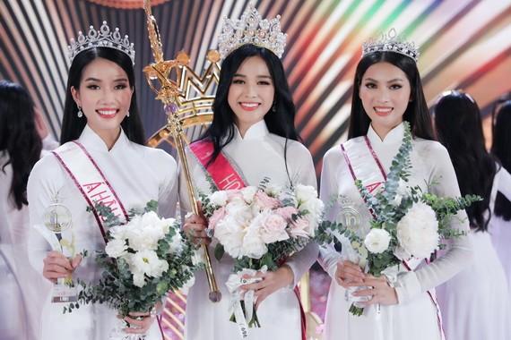 2020年越南小姐亞軍范玉芳英、冠軍杜氏霞和季軍阮黎玉草(左起)。