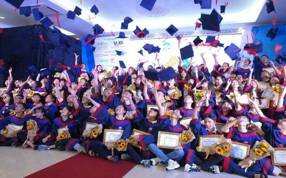 從承天-順化省至金甌省大學入學成績名列榜首的85名大學生合影留念。(圖源:清雄)