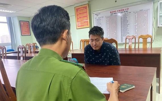 殺人嫌犯 Jeong In Cheol 在公安派出所向調查員供述自己的犯罪過程。(圖源:黃英)