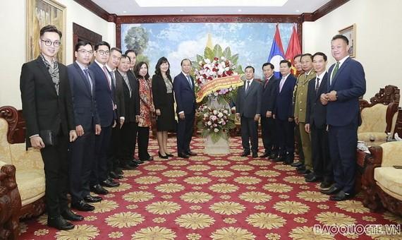 外交部副部長阮國勇及外交部工作團一行前往老撾駐越南大使館贈送鮮花祝賀老撾國慶45週年。(圖源:忠孝)