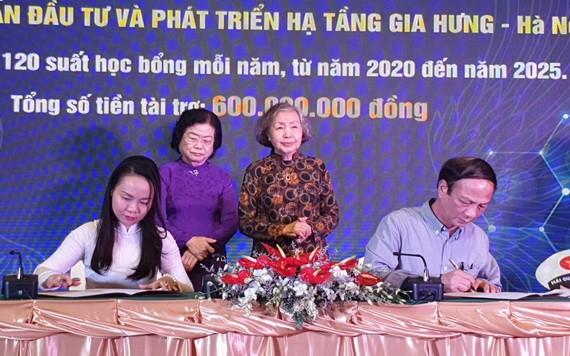 原國家副主席張美華見證各單位與基金會簽署合同。