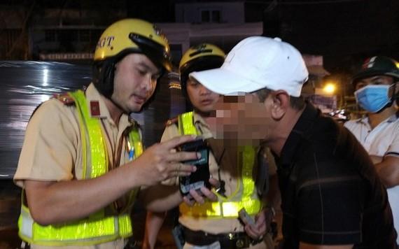 交警對駕車者檢測酒精濃度。