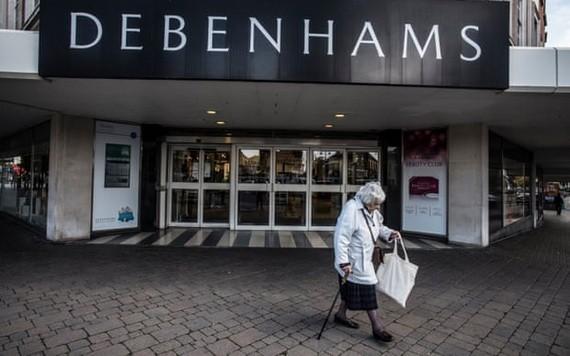 一名老婦經過英國零售業巨頭德本漢姆專賣店。(圖源:The Guardian)