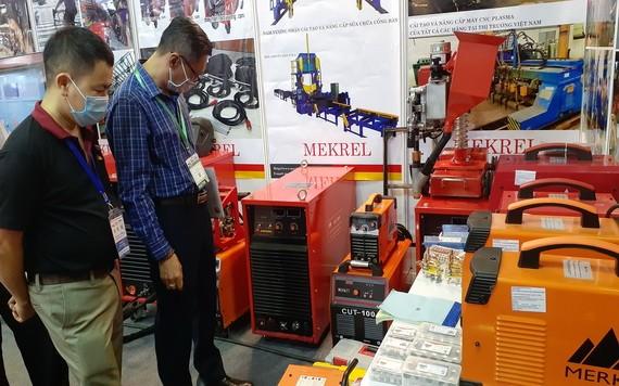 業者們正參觀博覽會的機械展品。