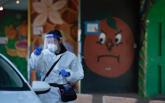 """美國農貿市場的""""得來速""""式新冠病毒檢測站向市民提供檢測服務。 (圖源:互聯網)"""