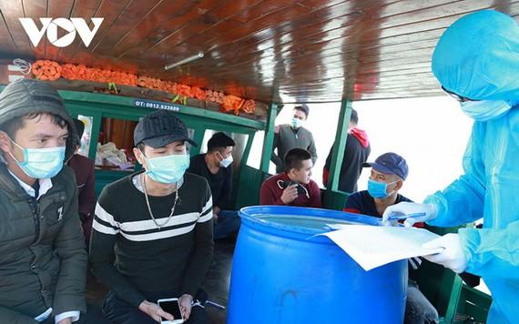 職能力量對從中國澳門入境越南而有逃避醫療隔離行為的8人錄取供述並作筆錄。(圖源:VOV)