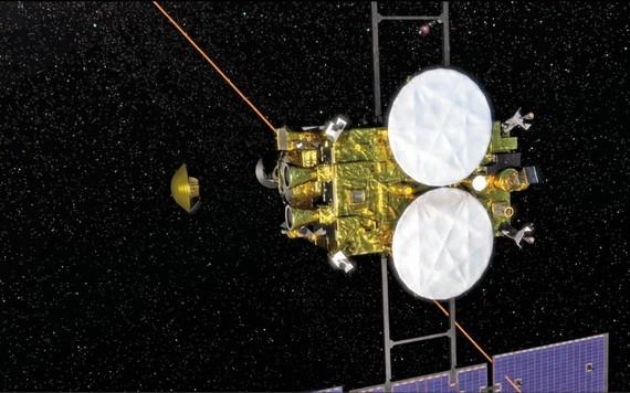 """日本宇宙航空研究開發機構(JAXA)5日宣布,探測器""""隼鳥2號""""(右)當天成功分離密封艙(左)。(圖源:歐新社)"""