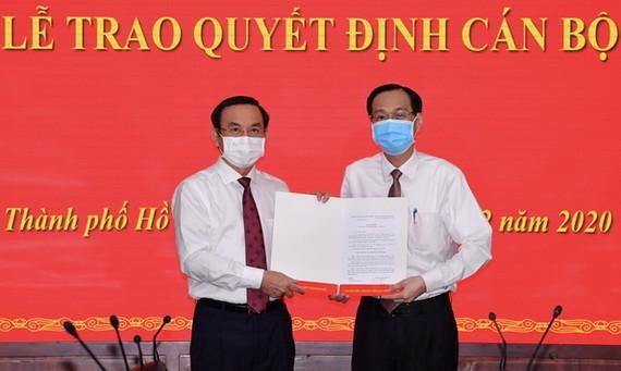黎清廉同志(右)從市委書記阮文年手中接過人事委任《決定》。(圖源:越勇)