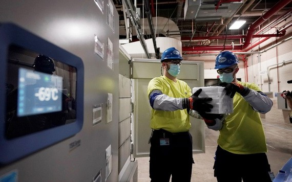 工作人員裝有輝瑞疫苗的箱子從航空運輸集裝箱中卸下。(圖源:Getty Images)
