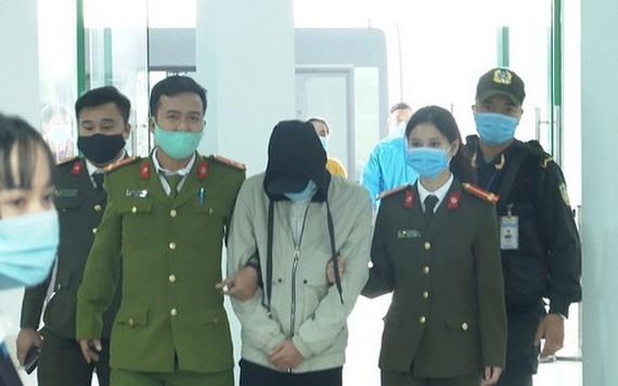 涉案嫌犯黎成仁(中)被押送至公安派出所。(圖源:紅絨)