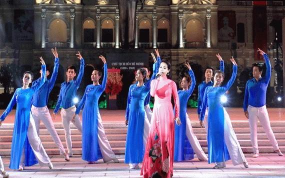 圖為文藝團體在阮惠步行街廣場上表演文藝節目。(示意圖源:勇芳)