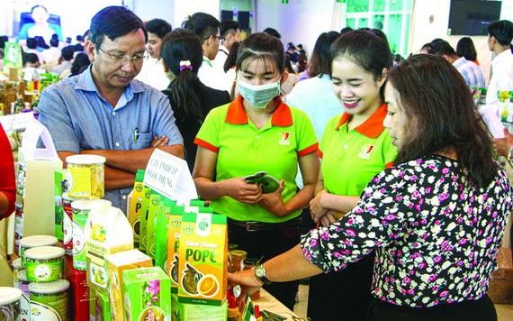 民眾參觀芹苴市商品展銷會。(圖源:越通社)