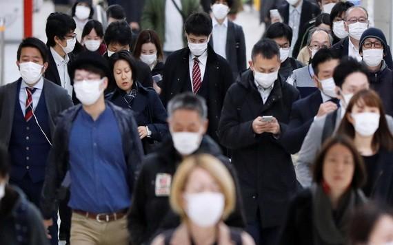 疫情期間的東京地鐵站仍然擠滿前往上班的人群。(圖源:路透社)