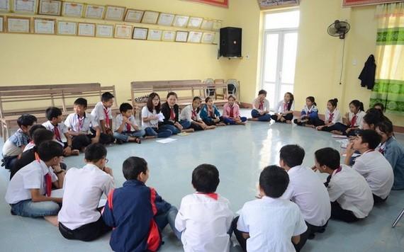 阮氏雙茶專家與本市初中學生談及性別和學生的戀情。