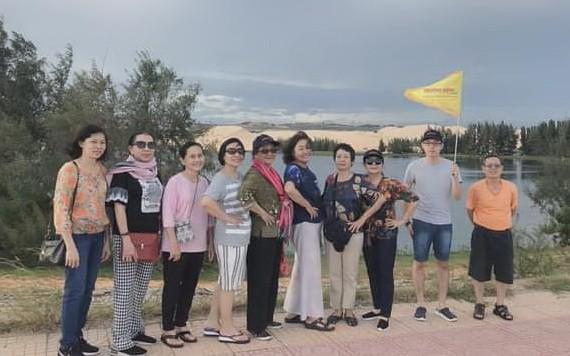 長虹旅遊公司遊客團參加藩切旅程。