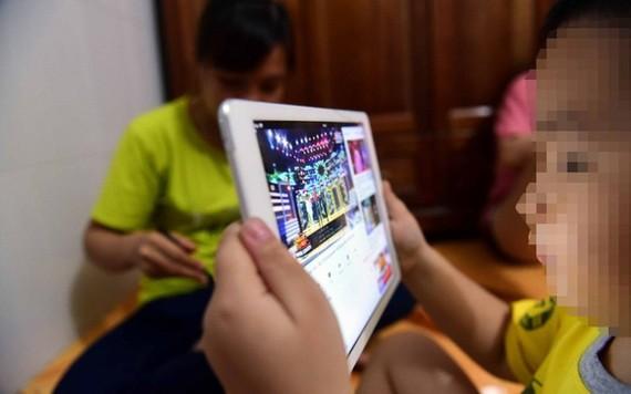 孩子在YouTube網站上觀看視頻。