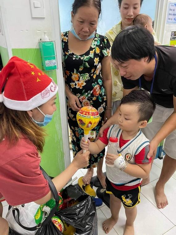 """""""愛心之家""""慈善組向病童贈送聖誕禮物。"""