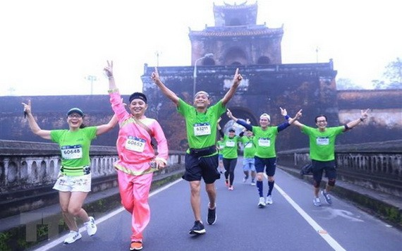 參賽者跑過順化皇城。(圖源:成達)