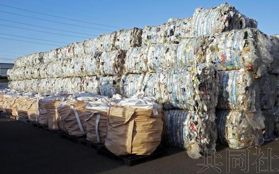 """圖為運進千葉縣富津市循環利用企業""""MMPlastic""""的塑料垃圾。 (圖源:共同社)"""