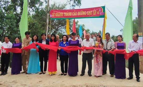 協同資助同塔省興建新橋的各個單位代表為唐敖橋落成剪綵。