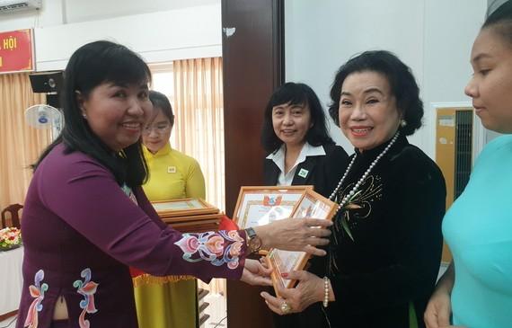 第五郡婦聯會主席陳氏雪幸向出色集體、個人頒獎。