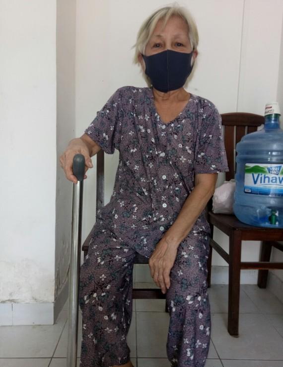 陳燕瓊年紀大腳力差,要靠拐杖助行。
