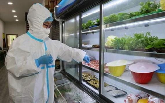防疫工作人員對進口冷凍食品之內外包裝取樣送檢。(圖源:衛生部)