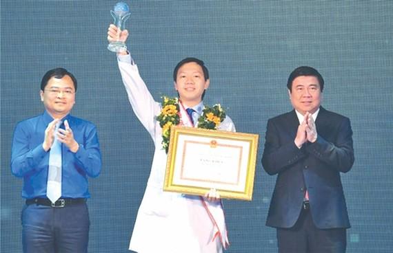 市人委會主席阮成鋒(右)向大水鑊醫院重症監護室吳越英醫生頒授2020年本市年輕公民模範獎座及獎狀。(圖源:越勇)