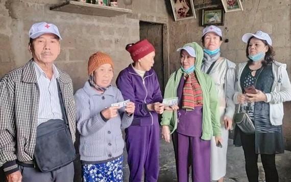 華人熱心人士黃(張)森煒(左一)向中部災民贈送賑濟品。