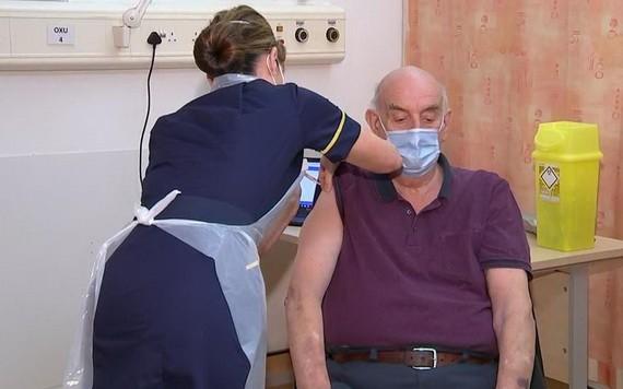 首位接種牛津大學新冠疫苗者為八十二歲男性。(圖源:互聯網)