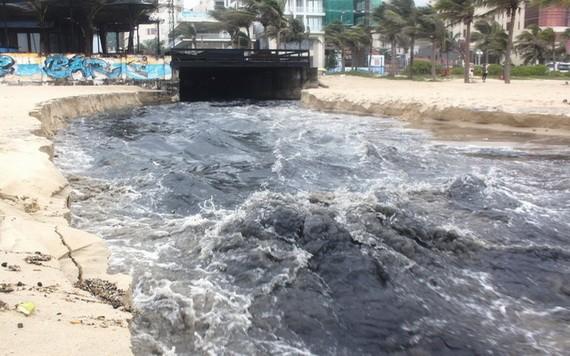 黑黝黝的污水從下水道直接排出峴港海灘。(圖源:平安)