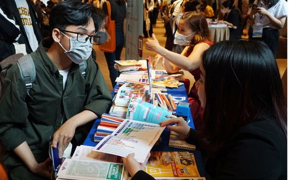 留學諮詢人員給明年有意去留學的大中學生介紹歐洲獎學金計劃。