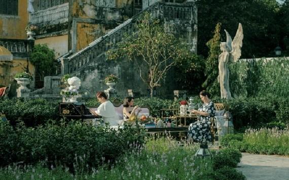 在順化市安定宮後院搭建的白茶園作為《剩女伎倆多5》的主要背景。