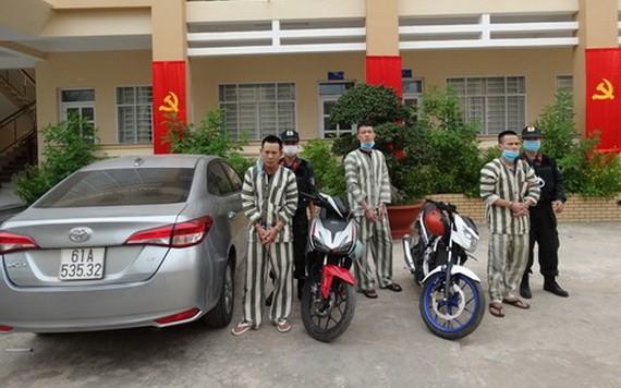 被抓獲的3名偷竊歹徒及被查扣的涉案汽車一輛。(圖源:明勝)