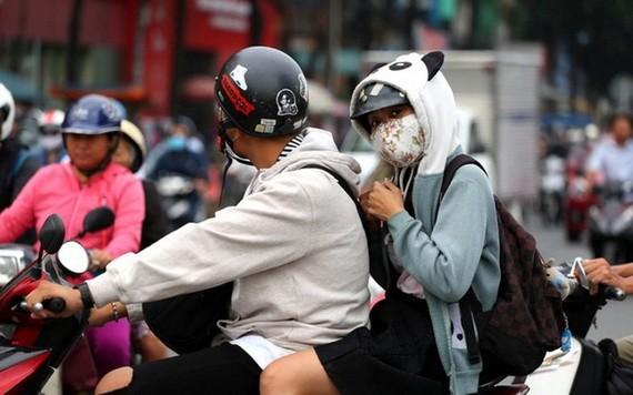本市天氣逐漸轉冷,許多市民外出騎車時都披上了厚衣。(圖源:玉陽)