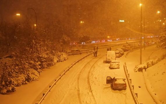 1月9日,西班牙馬德里,人們在大雪中把車停在高速公路上。(圖源:路透社)