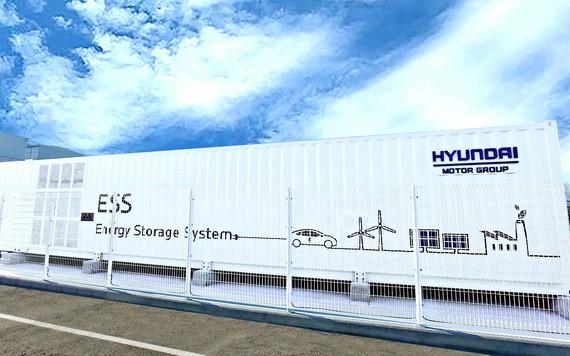 與現代汽車集團蔚山工廠內部太陽能發電站連接使用的2MWh級廢電動汽車電池能源存儲裝置。 (圖源:韓聯社)