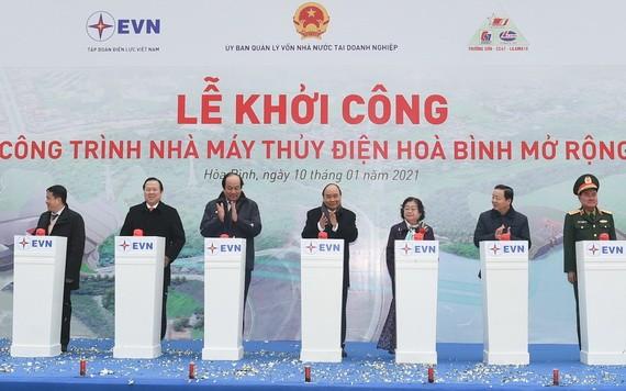 政府總理阮春福(中)與各代表出席動工儀式。(圖源:VGP)