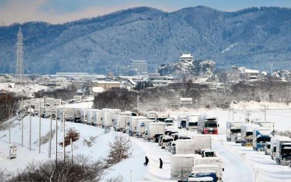 大雪天行路難,車道上車輛排起長龍。(圖源:互聯網)