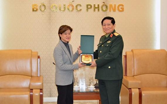 國防部長吳春歷大將(右)向新加坡駐越特命全權大使凱瑟琳‧王贈送紀念品。(圖源:黃宇)