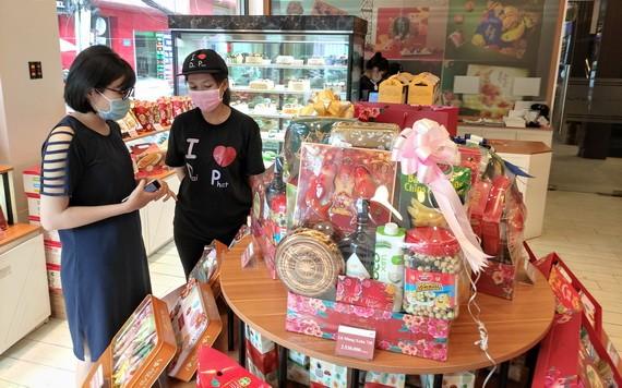 大發餅家員工向顧客介紹新款春節禮盒。
