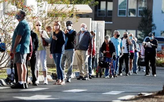 人們在美國佛羅里達州薩拉索塔的診所排隊等候接種疫苗。(圖源:路透社)